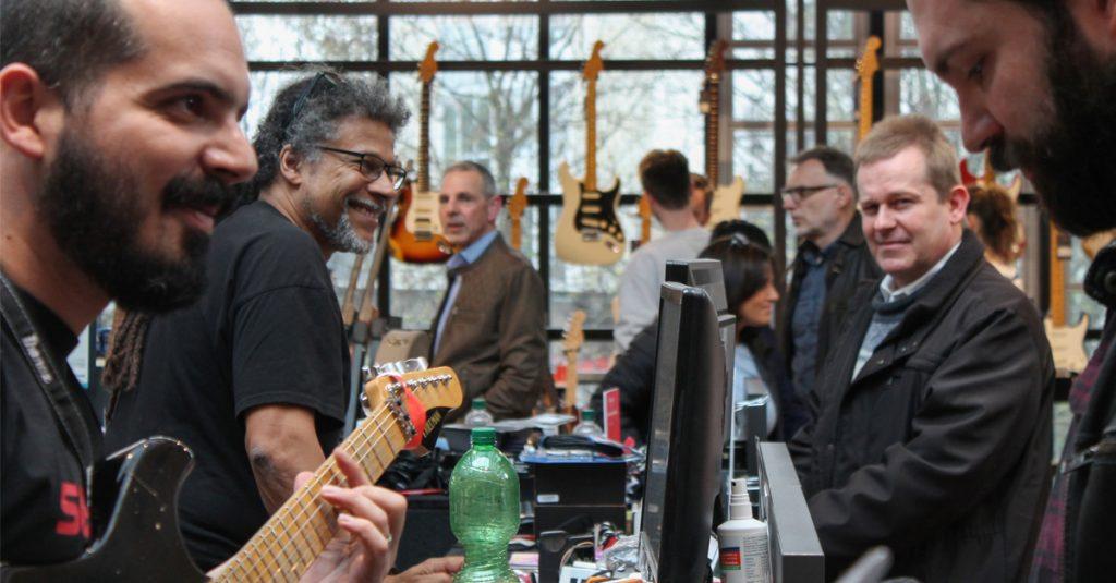 Musikladen Crew live: Kundenberatung auf Saitenhöhe