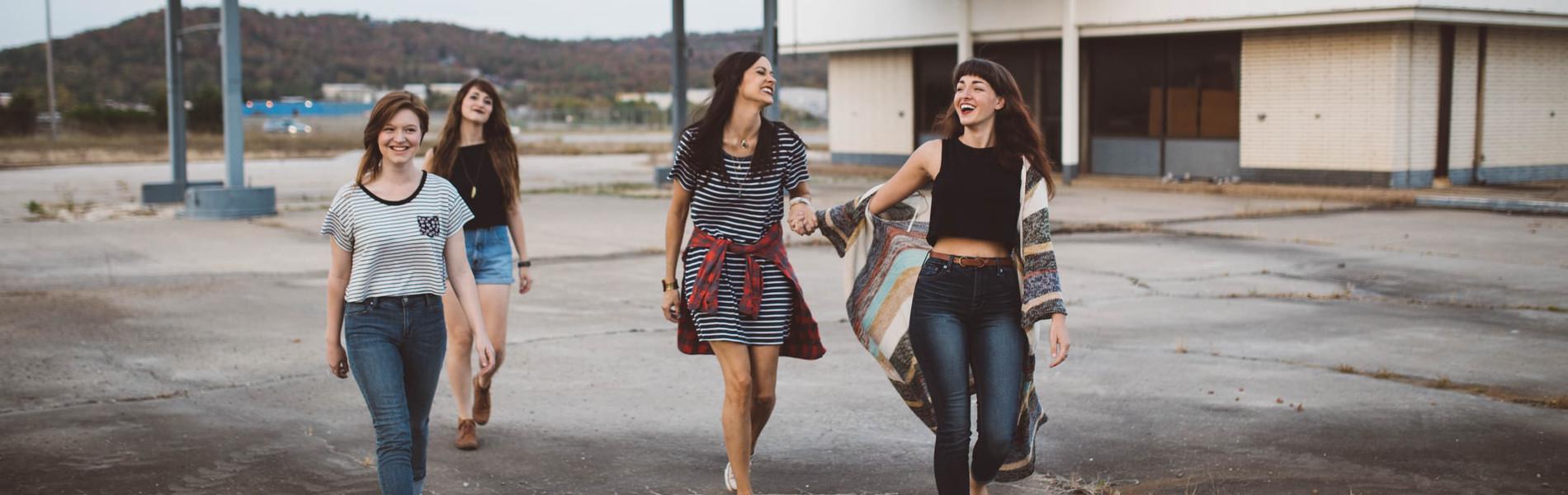 Smart Genossenschaft: Junge Menschen laufen lachend