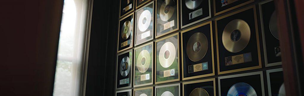 Goldene Schallplatten an der Wand der Germano Studios