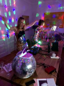 Digitale Party: Linda Broschkowski und Britta Steffenhagen